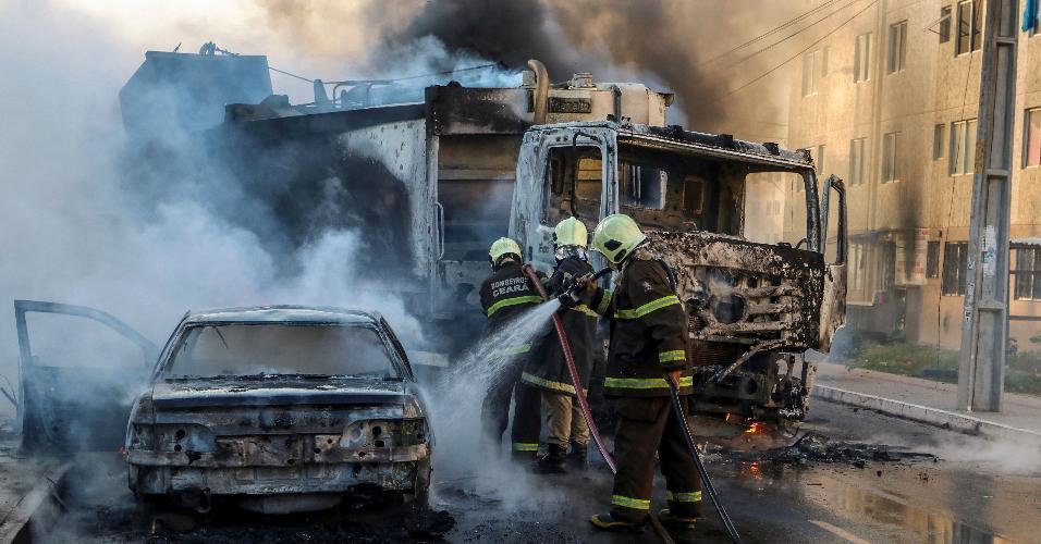3jan2019---bombeiros-apagam-caminhao-incendiado-em-onda-de-violencia-no-ceara-1546634021210_v2_956x500